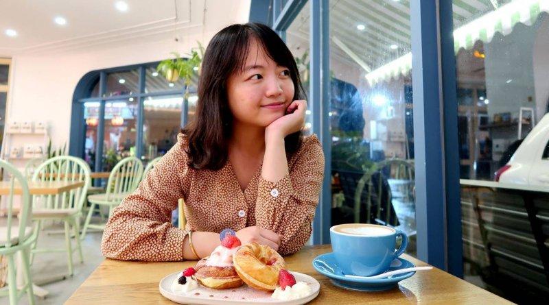 新竹食記 – 藍屋子109號。各式輕食、飲品,超美der藍色屋子及大片落地窗,網美、親子友善咖啡廳